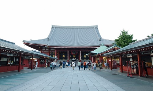 Senso-ji Temple, the most popular temple in Tokyo. It was a great pleasure for people to visit a famous temple or Shinto Shrine because they have good local food and buy souveniers along the street called Sando after praying.